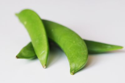 a pile of snap peas before being served to babies starting solids